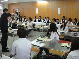 呂哲維老師教導學生製作果雕