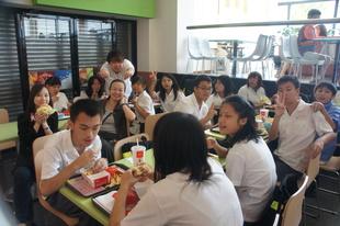 搭配社會適應課程於麥當勞點餐、付帳、用餐