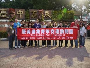 100年美國農業青年於台中高農校門口大合照
