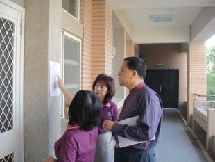 訪視委員檢視實習教室