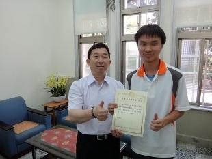 恭喜!生物產業機電二甲楊昕憲同學榮獲獎狀及獎學金。