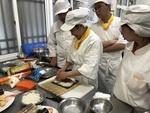 學生操作壽司捲