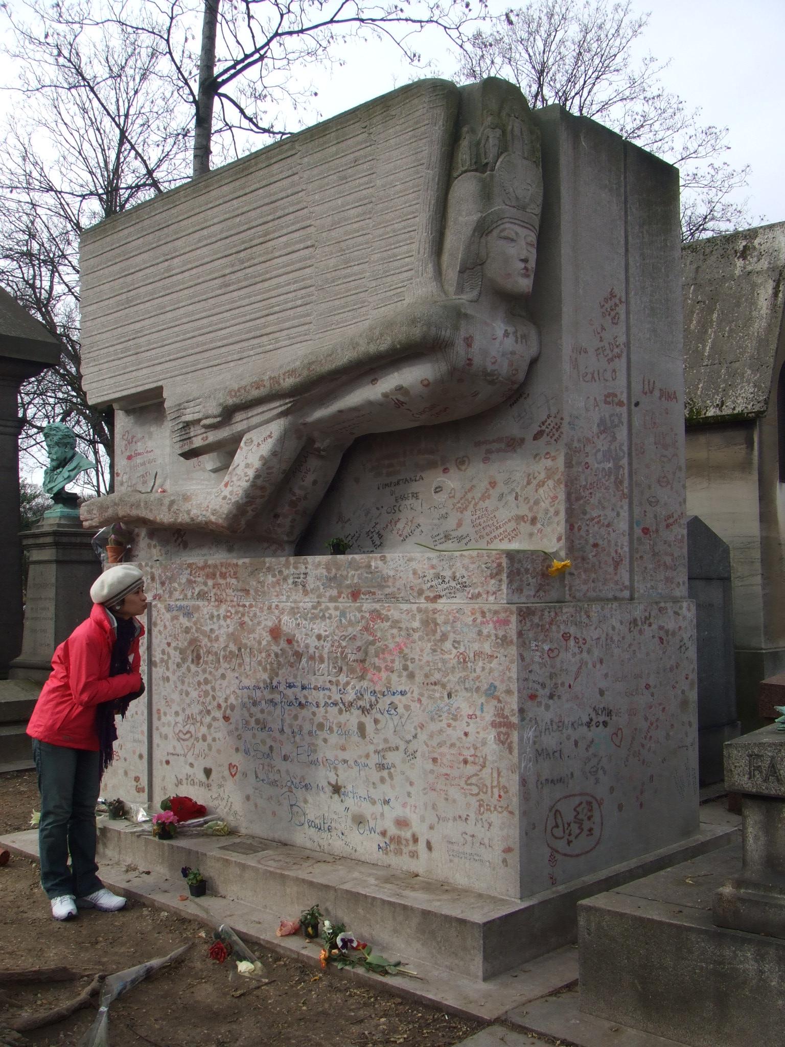 墓園中英劇家王爾德的墓-來訪者要在墓碑上印唇印