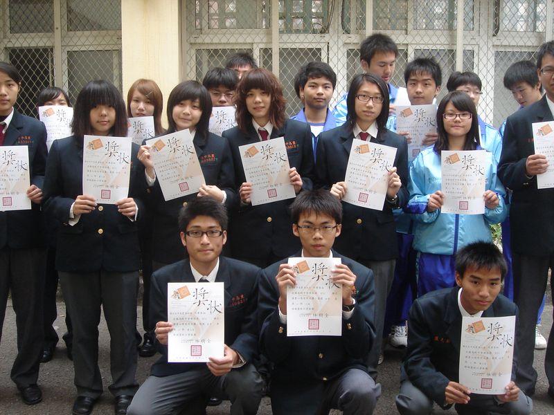 971130中學生網站「讀書心得」比賽得獎同學合影