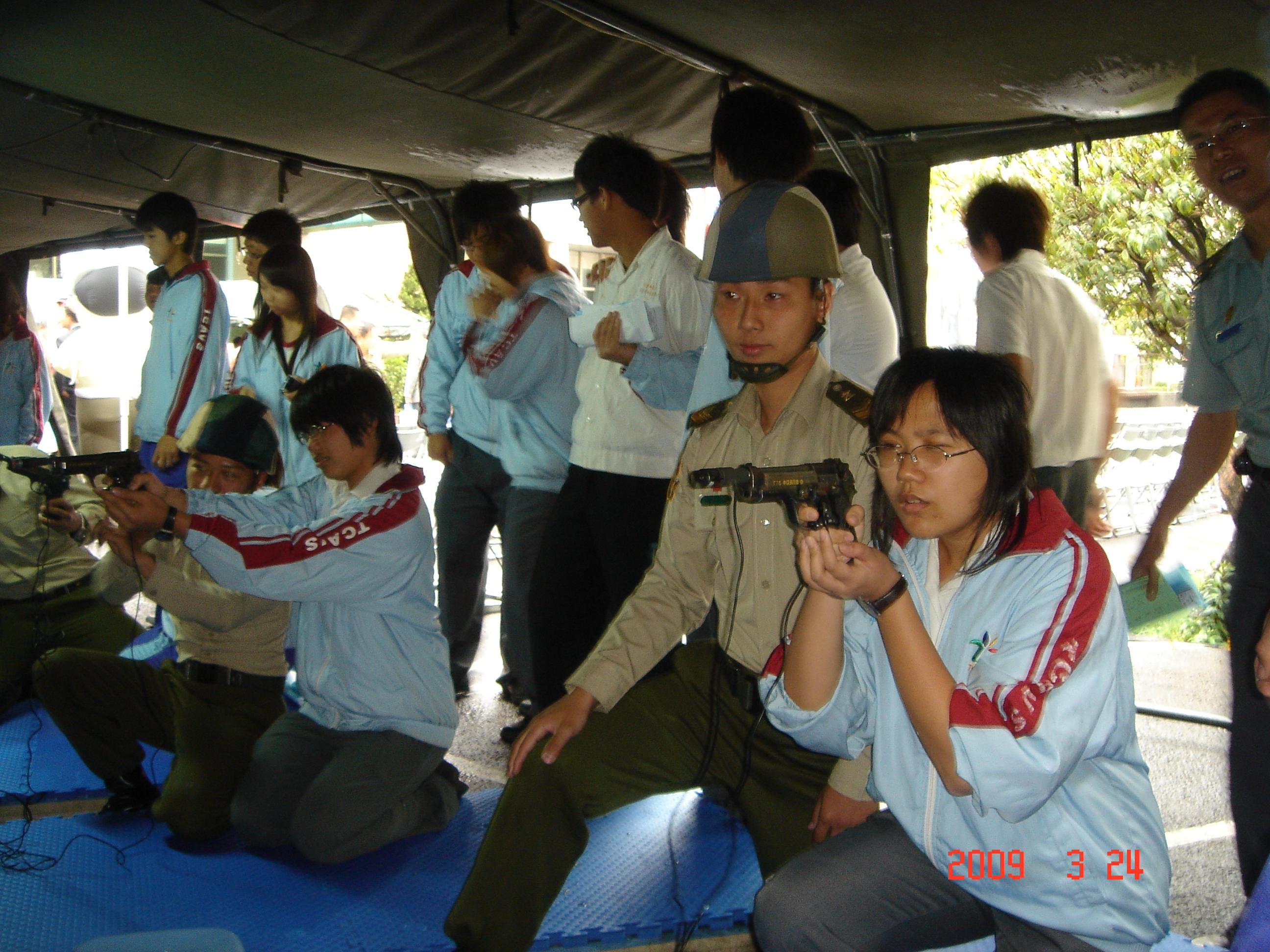 同學以射擊模擬器體驗射擊