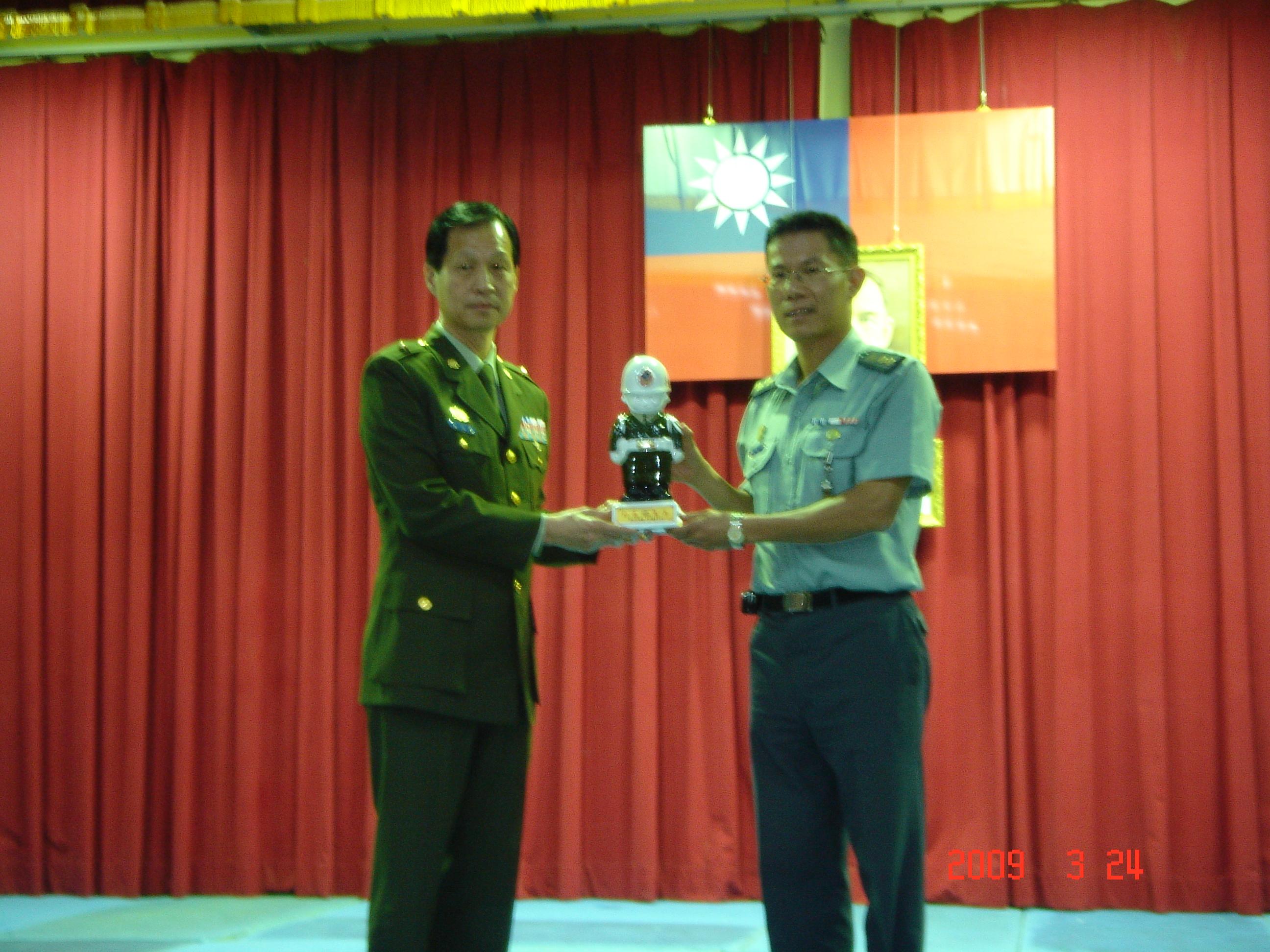 單位指揮官頒贈紀念品