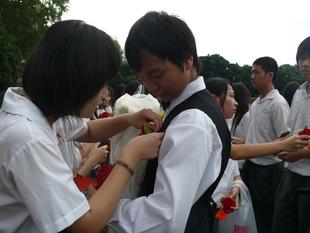學弟妹為畢業學長姐配花