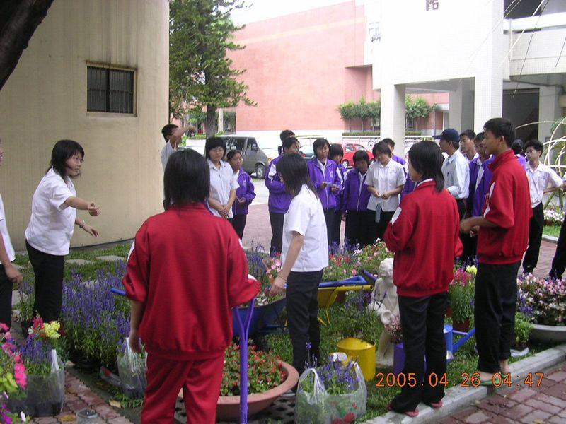本科造園實習並向農經科參觀同學解說