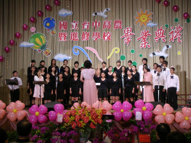 林依潔老師指揮本校合唱團表演序曲
