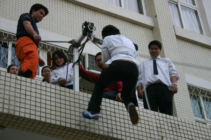 學生緩降機操作
